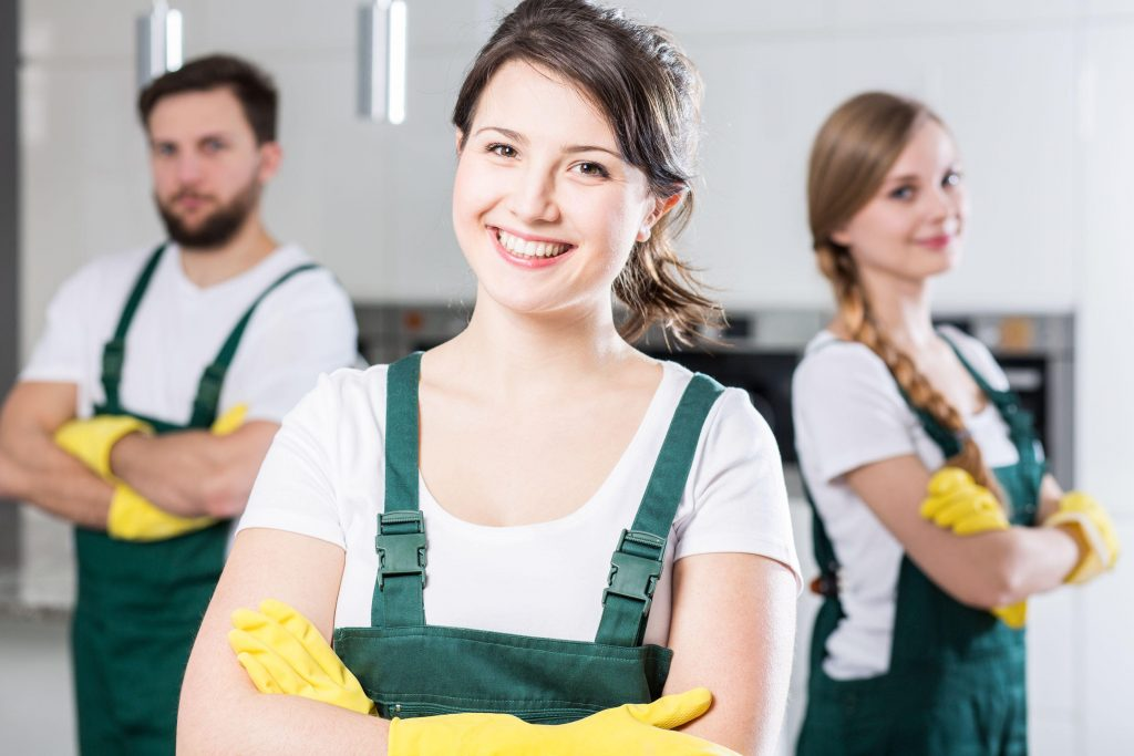 schoonmaak team in bedrijfskleding